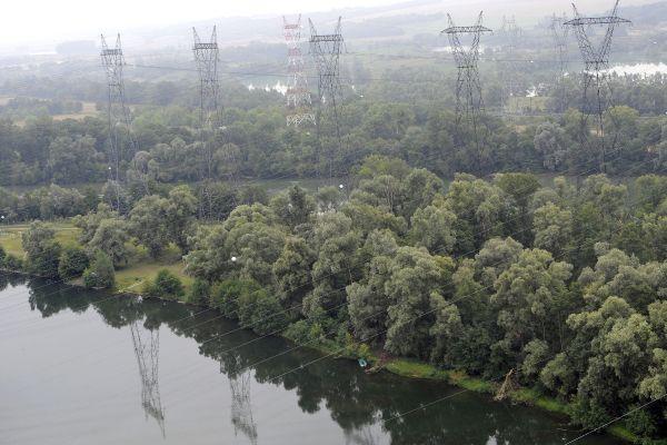 Des lignes électriques à proximité d'un cours d'eau. (Photo d'illustration)