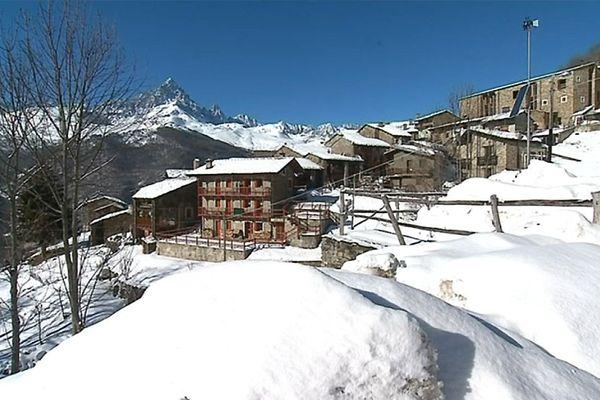 Le petit village au pied du Mont Viso dans le Piemont italien.