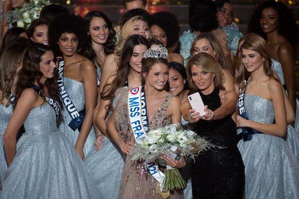 Le sourire aux lèvres, Amandine Petit immortalise son sacre de Miss France 2021 avec Sylvie Tellier et les autres Miss du concours.