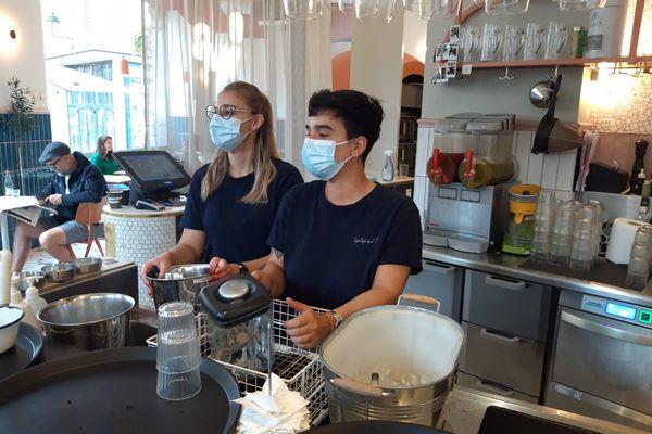 Gizem Uzunkaya ( à droite) et sa collègue Lou Lou Valtzer, serveuses au Tzatzi, se sont fait vacciner pour pouvoir continuer à travailler.