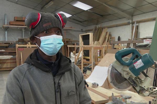 Bangaly Soumah est apprenti charpentier chez les Compagnons du Devoir, Exilé guinéen il vit sous la menace d'une obligation de quitter le territoire français depuis son 18ème anniversaire