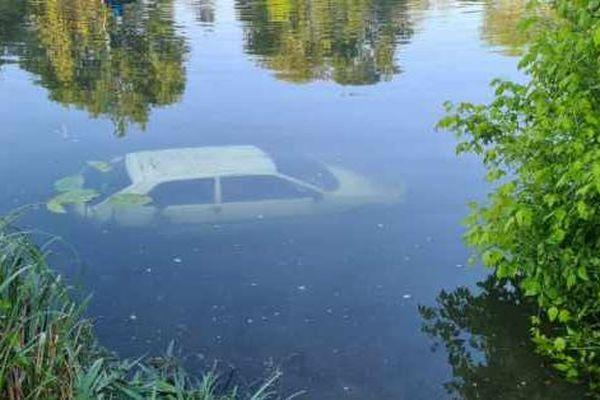 La voiture a coulé au fond de la rivière
