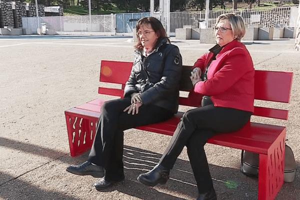 Mylène Jacquet, mère de Savannah et Rosie Sarrola, présidente de la section bastiaise de Femmes Solidaires sur le banc rouge inauguré devant le lycée Laëtitia à Ajaccio, pour sensibiliser aux violences faites aux femmes.