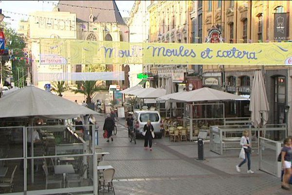 """""""Moult moules et caetera"""", les banderoles flottent dans le centre ville de Lille pour rappeler que le mollusque roi de la braderie sera bien sur les tables ce week end"""