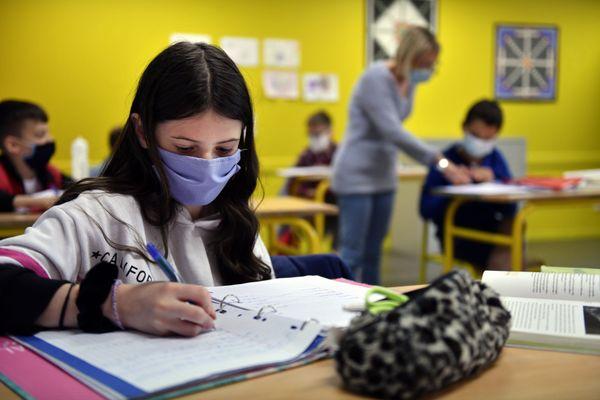 Le port du masque devient obligatoire à partir du 1er septembre pour les collégiens et les lycéens.