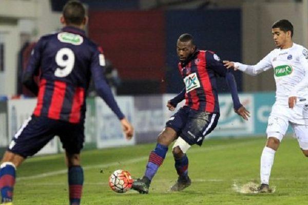 Le défenseur Alassane Toure (Centre) opposé au Guingampais Ludovic Blas (Droite) lors du 16e de finale de Coupe de France opposant le Gazelec Ajaccio à L'EA de Guingamp - 19/01/2016