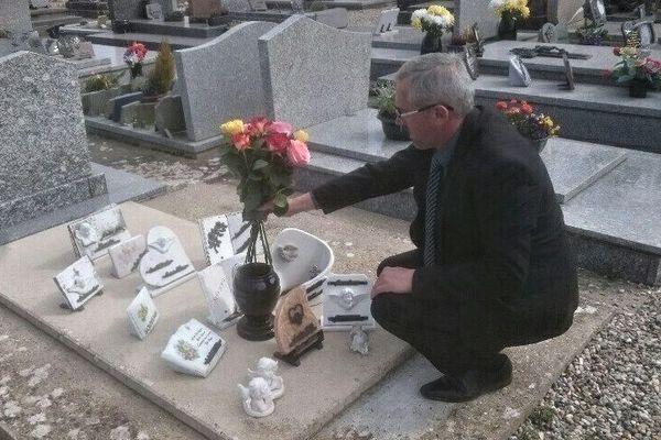 En une journée, déjà cinq familles ont demandé à Alain Quennehen de fleurir la tombe d'un proche.