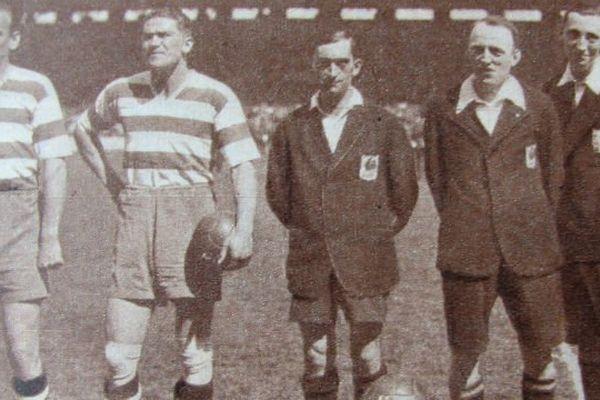 La finale de la Coupe de France en 1934 avec les joueurs de l'Olympique de Marseille à gauche et ceux du FC Sète, match joué à Colombes.