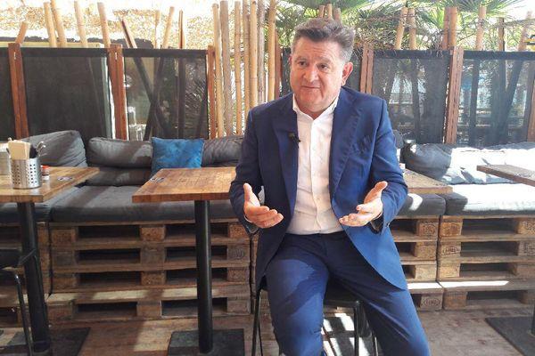 Alain Ferrand le maire du Barcarès, mis en examen pour extorsion de fonds en bande organisée  et concussion a été interviewé à Leucate car il est interdit de territoire dans les Pyrénées-Orientales.