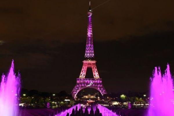 La tour Eiffel illuminée en rose, le 7 octobre 2014, pour sensibiliser les femmes au cancer du sein.