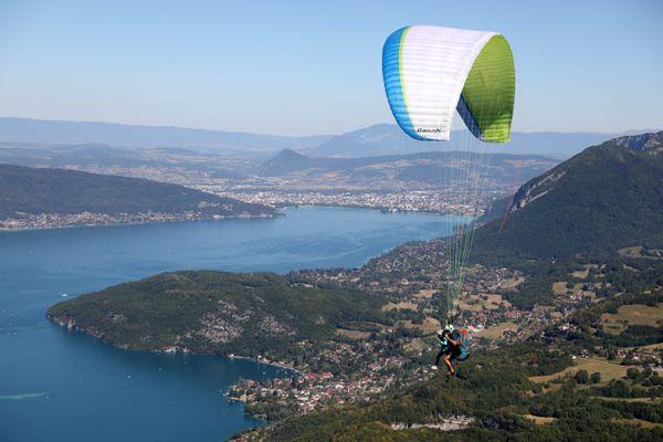 Un parapentiste survole le lac d'Annecy en juillet 2020.