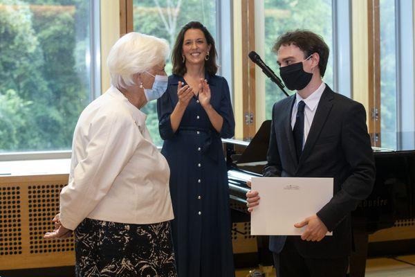 La reine Paola de Belgique et Jonathan Fournel lors d'une visite royale à l'un de ses concerts à la Chapelle musicale Reine Elisabeth de Waterloo, le 24 juin 2021