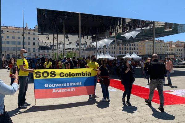 Une centaine de colombiens vivant dans la région s'est rassemblée sur le Vieux-Port de Marseille ce 8 mai pour dénoncer les violentes répressions subies en Colombie en ce moment.