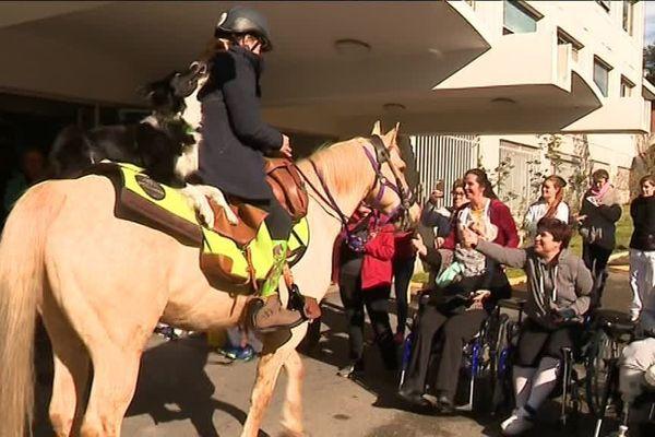 La cavalière handicapée Aurélie Brihmat lors de l'étape nîmoise de son tour de France des centres de rééducation