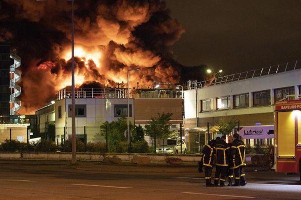 Plus de 200 pompiers ont été dépêchés sur les lieux pour circonscrire l'incendie.
