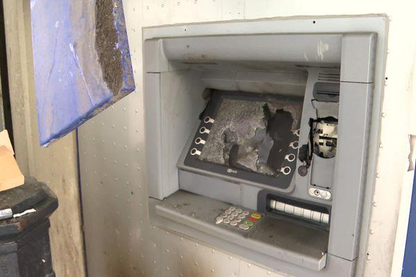 Le distributeur attenant au bureau de poste des Aubiers très dégradé.