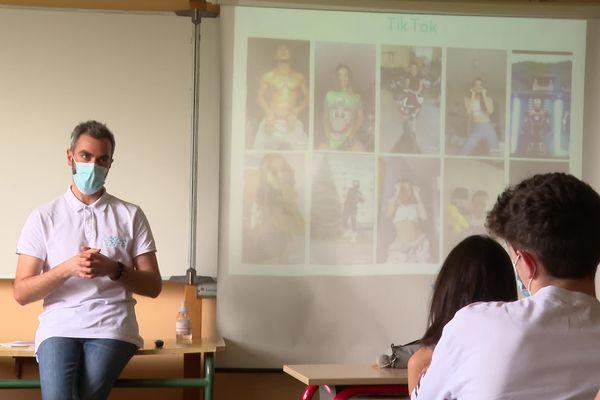 Un intervenant en prévention numérique devant une classe du collège Sainte-Ursule de Pau le 2/04/21.