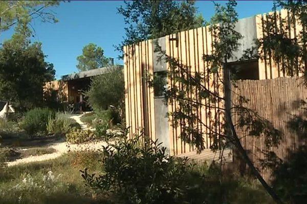 Sur les hauteurs de Nîmes, un chef d'entreprise veut marier le luxe et l'écologie dans ses chambres d'hôtes : un vrai défi