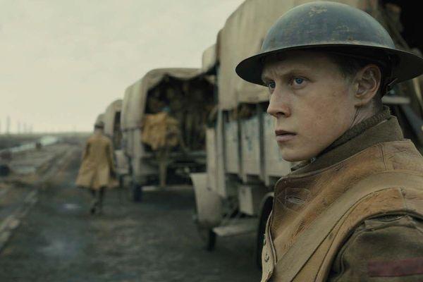 """Le caporal suppléant Will Schofield (George MacKay) tente de rejoindre les villages d'Ecoust-Saint-Mein et Croisilles dans le film """"1917""""."""
