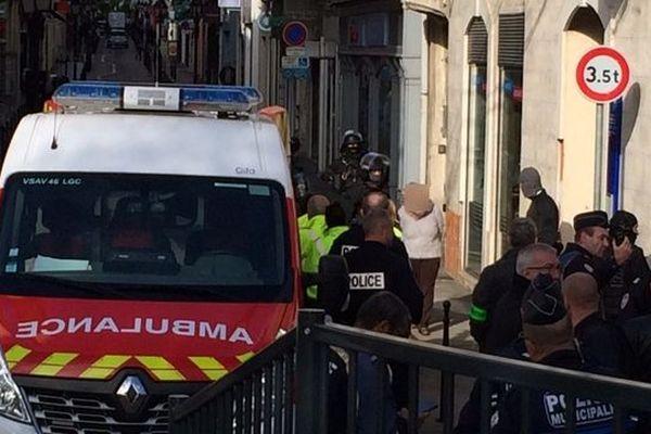 Une femme s'était enfermée depuis 9h30 ce jeudi matin dans une banque LCL du centre-ville d'Alès, dans le Gard. Elle menaçait de tout faire exploser. Après une heure et demie de négociation avec le RAID, la femme (floutée sur la photo) s'est rendue aux policiers.