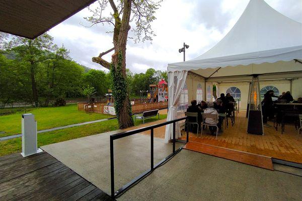 La terrasse et le chapiteau peuvent accueillir 70 clients.