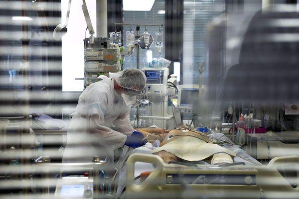 Un malade du Covid-19 en réanimation au CHR d'Orléans, le 27 avril 2020.