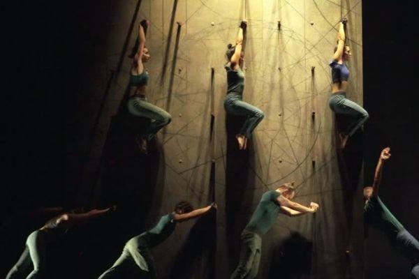 Ces danseurs ne font plus qu'un avec cette colonne. Une façon de bousculer les codes de cet art.