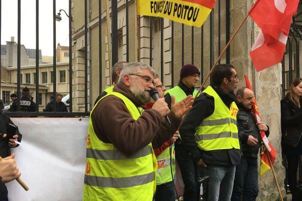 Les salariés en grève de la Fonderie Fonte devant le tribunal de commerce de Poitiers.
