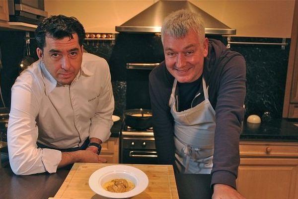 Le chef étoilé du Castel Novel à Varetz, Nicolas Soulié, dévoile à Martial Codet-Boisse sa recette des escalopes de foie gras sur velouté de châtaigne
