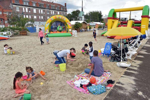 Les villes sont plusieurs à créer des plages pour l'été, comme ici à Lille.
