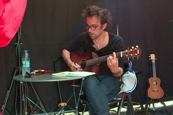 Le chanteur-poète Ben Herbert Larue compose des chansons à la demande