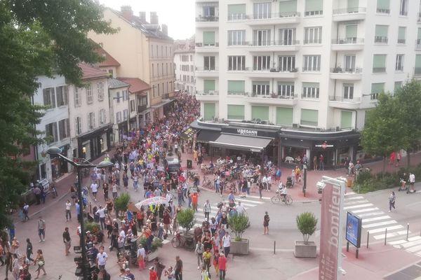 Environ 2500 personnes manifestent ce samedi 17 juillet 2021 à Annecy contre le Pass sanitaire.