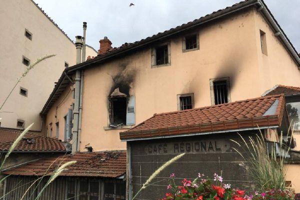 Au Puy-en-Velay, la façade intérieure de l'hôtel le Régional porte encore les traces de l'incendie qui a eu lieu dans la nuit du samedi 1er au dimanche 2 août.