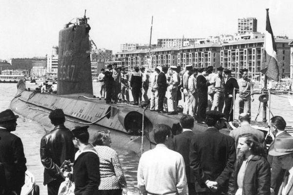 """Le submersible """"Minerve"""" à quai dans le vieux port de Marseille."""