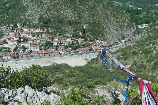 En équilibre sur un fil plusieurs centaines de mètres au-dessus d'Anduze.