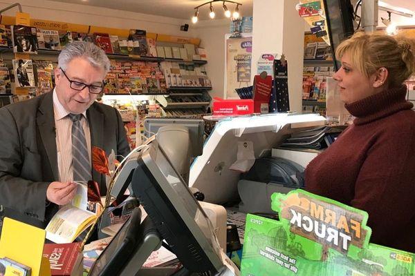 Marc Guerrini, le maire des Villages-Vovéens, passe tous les jours au café rencontrer ses administrés.