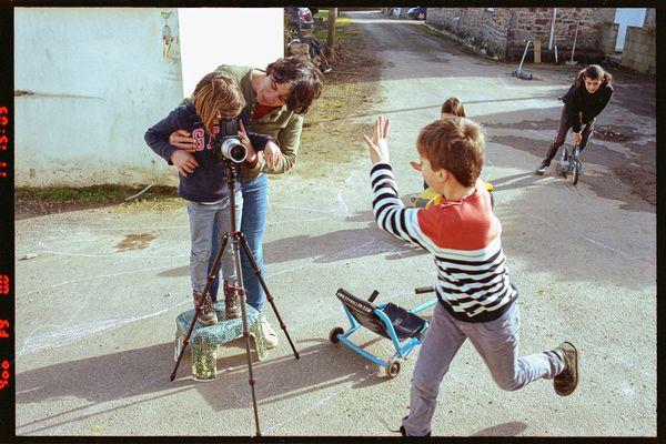 Moment de partage avec des enfants de la commune rurale bretonne de Goulien dont la vie n'a guère changé / © Thomas Symonds et Françoise Dorelli