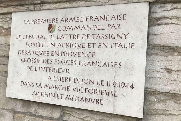Une plaque installée devant le jardin Darcy rappelle que la libération de Dijon a eu lieu le 11 septembre 1944