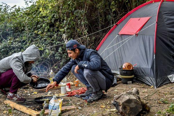 Des migrants installés au camp du Puythouck en septembre 2018, avant une série de démantèlements.