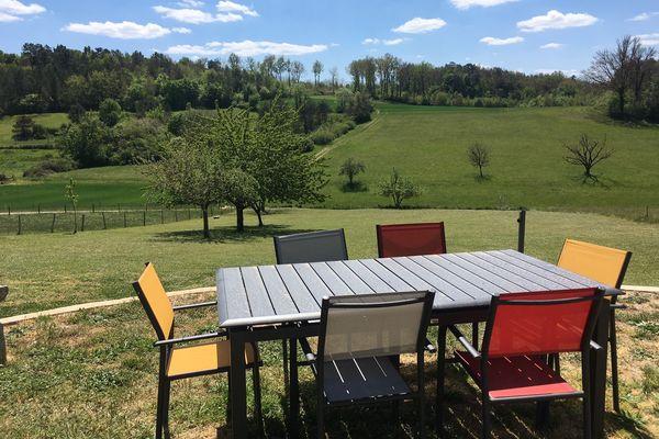 Une table sous laquelle mettre les pieds pour déguster un confit de canard face à une campagne intacte, c'est la promesse offerte par la grande majorité des gîtes de Dordogne. Photo réalisée sans trucage.