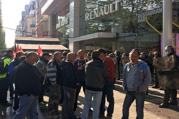 Les salariés de GM&S Industry devant la boutique Renault sur les Champs-Elysées, accueillis par un cordon de CRS