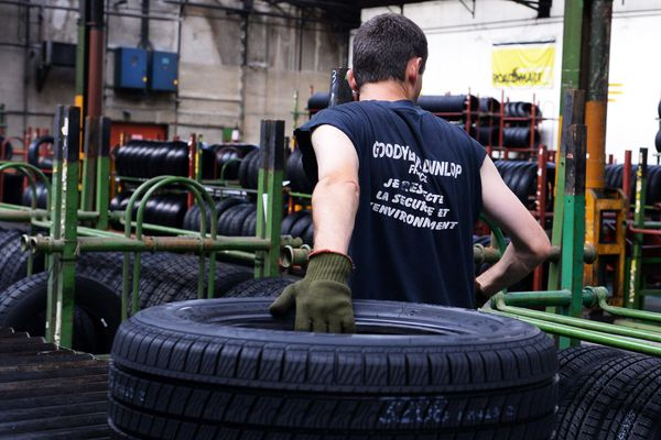 Dans l'usine Dunlop à Montluçon, les salariés ont entamé une grève du zèle afin d'obtenir notamment une prime exceptionnelle de 1000 euros.
