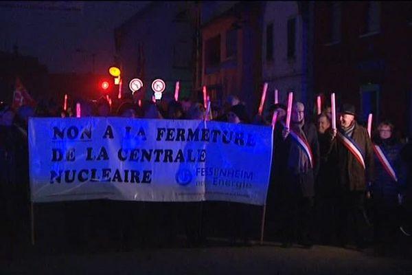 Eclairage public volontairement coupé dans les rues de Fessenheim : les manifestants ont arboré les flambeaux pour dire non à la fermeture de la centrale