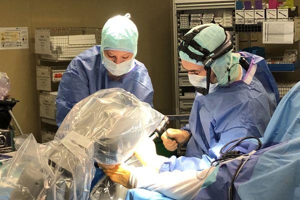 Grâce au casque qu'il porte le Dr Molinier a pu opérer main dans la main avec un chirurgien allemand.