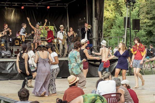 Ambiance sur une scène gratuite du festival Terres du Son en 2016