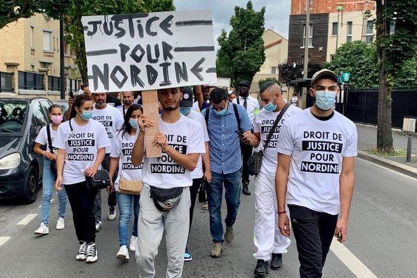 Une cinquantaine de manifestants manifestent ce samedi 21pour dénoncer les violences policières.
