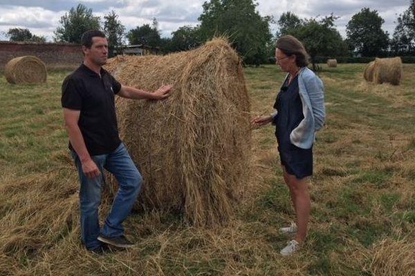 Alain Popot, président du comité des fêtes et Patricia Poupart, maire de Vironchaux témoignent de l'aridité des terres de la commune.