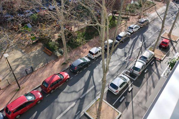 Lyon, rues désertes et voitures immobilisées. L'heure est aux déplacements à minima