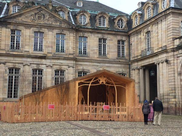 La crèche en bois abritera les enfants costumés pour la scène de la nativité