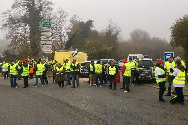 Au rond de Kernilien, à la sortie de Guingamp, l'accès vers Lannion et Morlaix est bloqué.